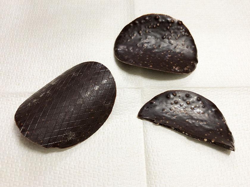 色は濃いめ、ポテトチップ型のチョコ