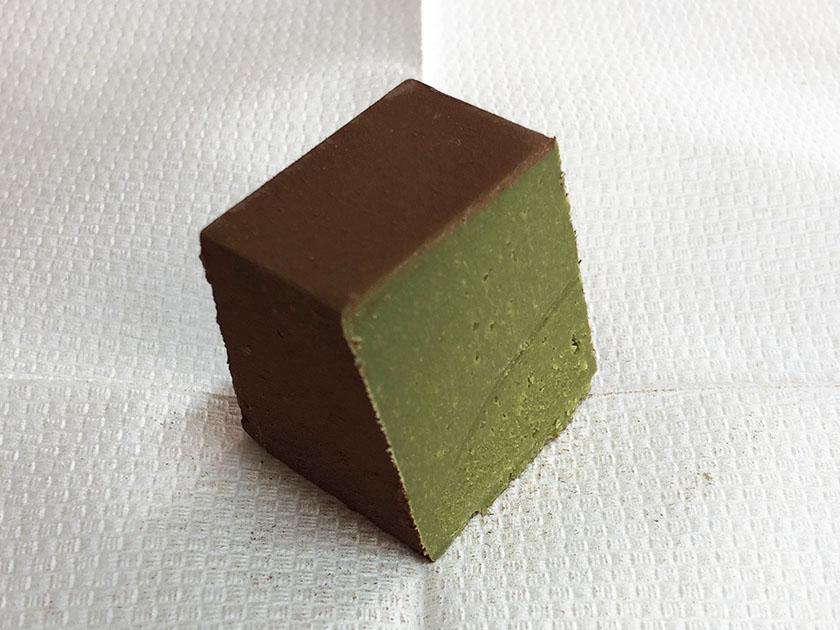 抹茶よりはうすい緑色の緑茶味