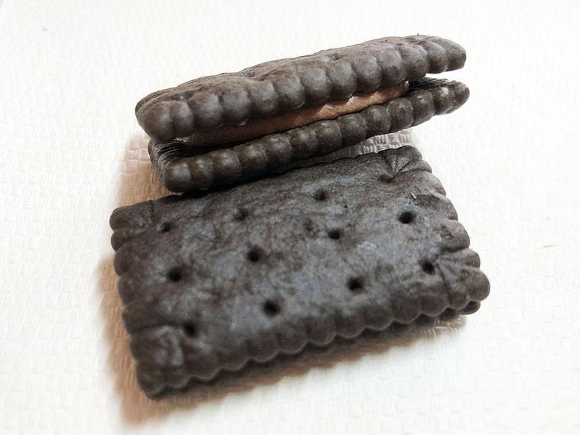 チョコもビスケットも黒い